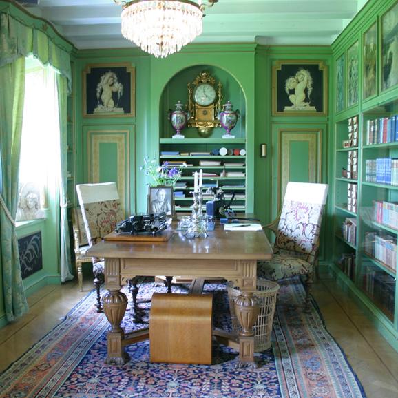 Interiör bibliotek i gröna färger