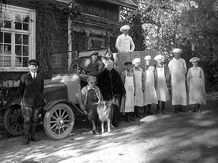 30-talsbild med Selma och personal samt automobil