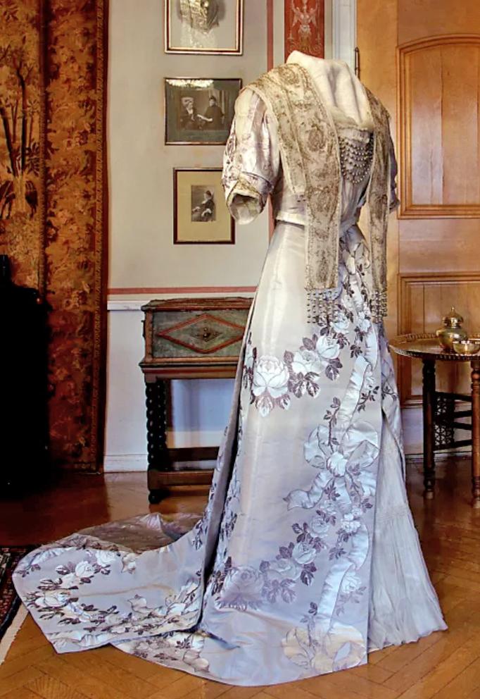 Nobelklänning i Sophie Elkanrummet