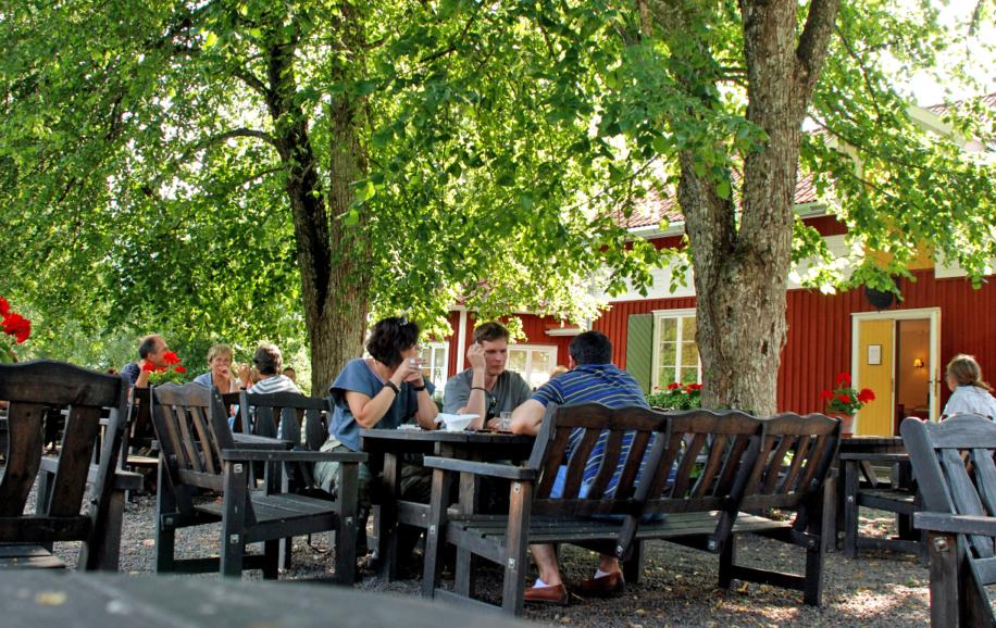Mårbackas utomhusservering med besökare