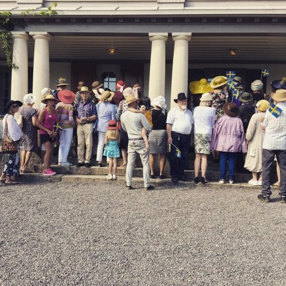 Besökare med hattar vid ingången