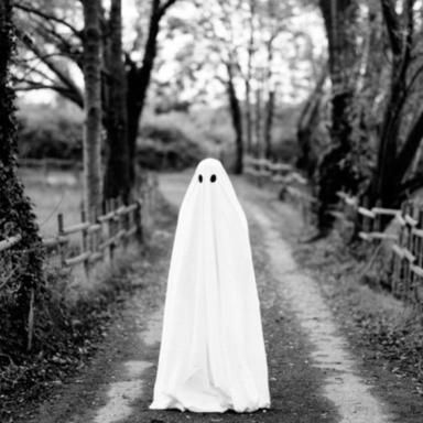 Svartvit bild med spöke i park