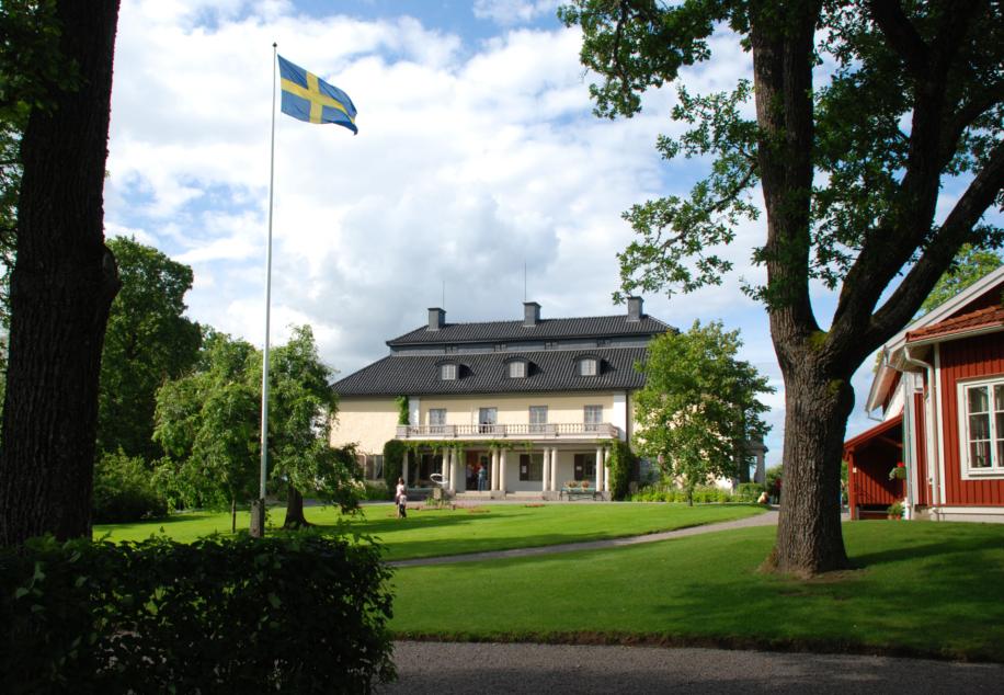 Mårbacka exteriör med svenska flaggan