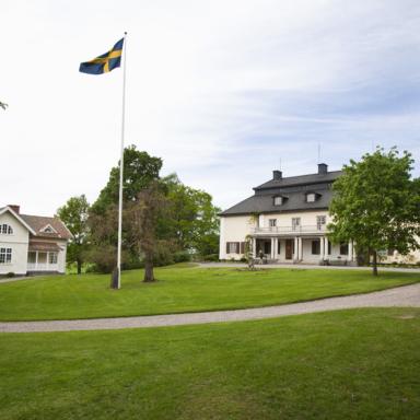 Foto av Mårbacka med flagga i topp