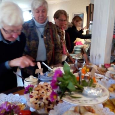 Gäster vid kakbuffé